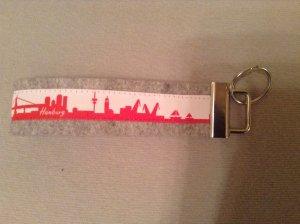 selbstgenähtes Schlüsselband aus Wollfilz mit Hamburg-Motiv