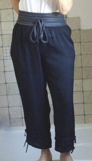 sempre leichte Hose, Crash Material aus Viskose / Polyester, locker, fließend, glatt, 7/8 Länge, cropped Länge mit Bändchen am Saum, Gummizug in der Taille, sehr angenehme, lockere Hose, TOP Zustand Gr. 42
