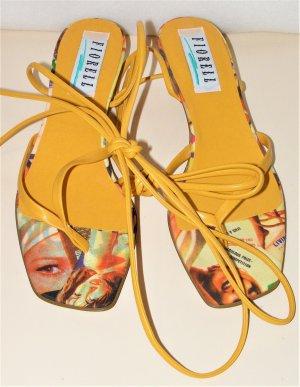 Senf Farbende Sandaletten mit Beinschnur