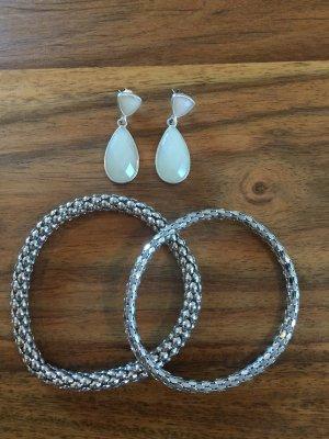 Set aus Armbändern und Ohrringen