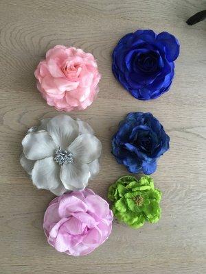 Set aus Blumenbroschen/Haargummis