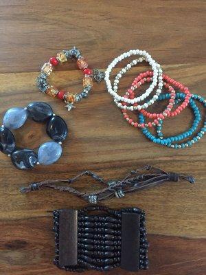 Set aus diversen Armbändern