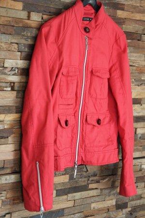 Sexy rote Jacke - sieht einfach nur toll aus!