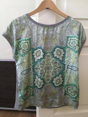 Shirt in grau mit grünem Muster