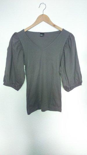 Shirt mit V-Ausschnitt und sehr weiten Ärmeln