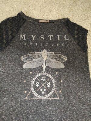 Shirt von Bershka mit Spitze an  Ärmeln