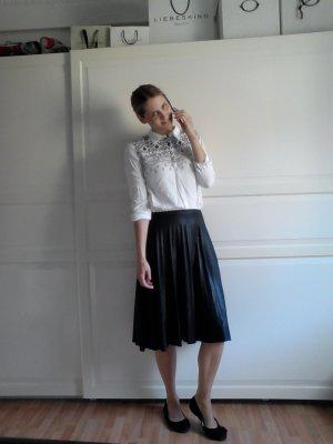 shop the look! midi rock plisée, bluse grafisch, ballerinas schwarz mit Schleife