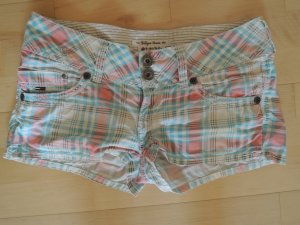 Shorts in hellen Sommerfarben