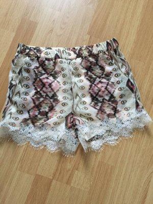 Shorts mit Spitzenrand