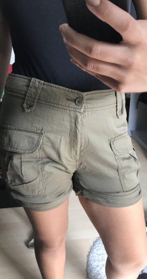 Shorts mit Taschen im Soldat grün