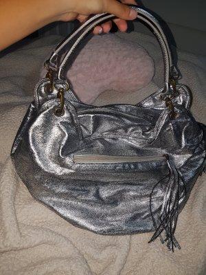 silberfarbende Handtasche
