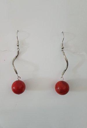 Silberfarbende Ohrhänger mit roter Holz-Perle (Selbstgemacht)