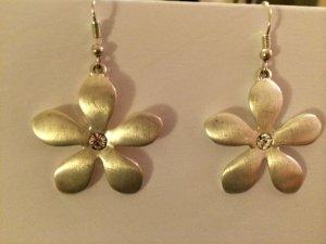 Silberfarbene Hängeohrringe Blume mit Steinchen