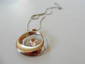 silberfarbene Halskette mit Schmuckstein