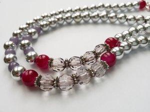 Silberfarbene Kette mit weinroten und grauen Perlen sowie Herverschluss