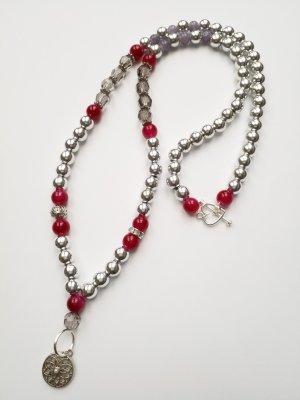 Silberfarbene lange Kette mit weinroten und grauen Perlen