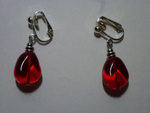 Silberfarbene Ohrclips mit roter Glasperle