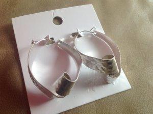 Silberfarbene Ohrringe, gehämmerte Optik