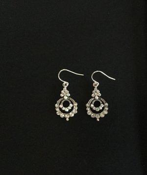 Silberfarbene Ohrringe mit funkelnden Strasssteinen