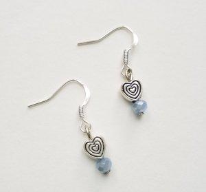 silberfarbene Ohrringe mit silberfarbenem Herz  und hellblauer  Perle