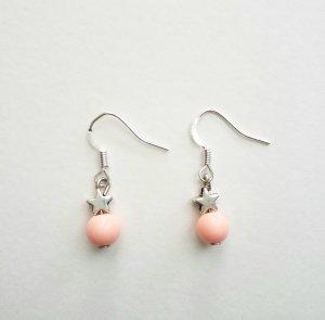 silberfarbene Ohrringe mit Stern und apricotfarbener  Perle