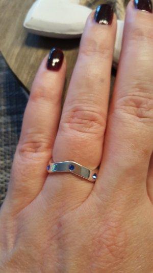 Silberfarbener Ring mit Steinchen