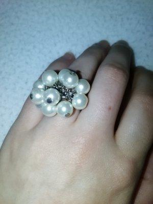 Silberfarbener Ring mit weißen Perlen