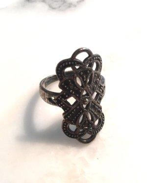 Silberfarbener verschnörkelter Ring