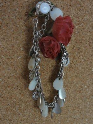 Silberfarbenes Armband mit Perlenanhängern