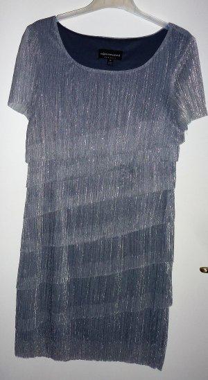 Silberfarbenes leichtes Cocktalkleid mit Stufen