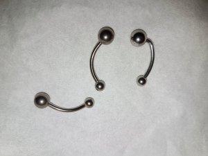 Silberfarbenes Piercing