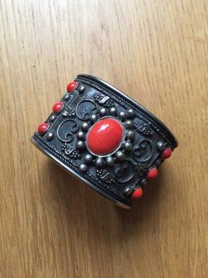 Silbergrauer Armreif mit roten Details