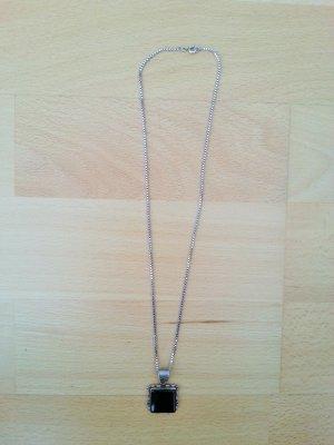 Silberkette mit schwarzem Anhänger