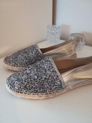 Silbern glänzende Espadrilles-Sandalen