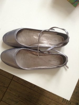 Silberne Ballerinas aus Leder