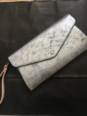 silberne Clutch in Metall-Optik