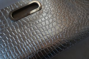 Silberne Clutch in Reptil-Metallic-Optik