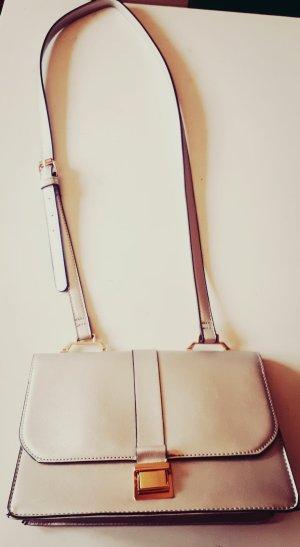 silberne Handtasche mit Tragegurt