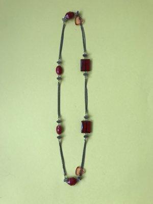 Silberne Kette mit roten Steinen