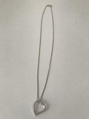 silberne Kette mit schönen Herzanhänger