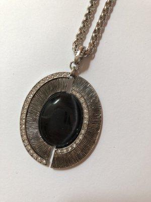 Silberne Kette mit schwarzem Steinanhänger