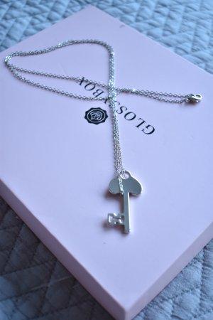 Silberne lange Kette mit Schlüsselanhänger