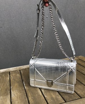 Silberne Ledertasche crossbody mit Kette