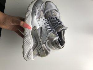 Silberne Nike huaraches
