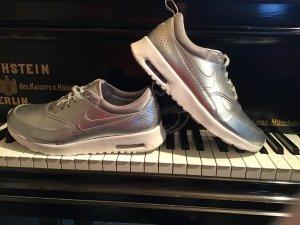 Silberne Nikes air