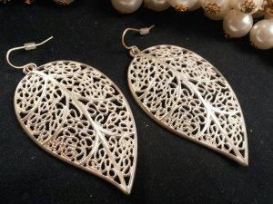 silberne Ohrringe in Blätteroptik