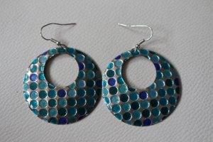 Silberne Ohrringe mit kleinen blauen Kreisen