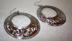 silberne Ohrringe mit Muster
