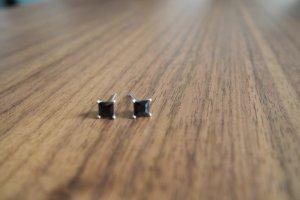 Silberne Ohrringe mit schwarzen Steinen