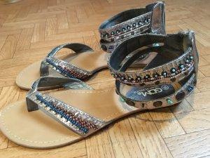 Silberne Sandalen mit bunten Steinchen
